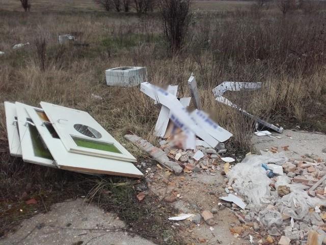 33-latek musiał posprzątać teren, gdzie naśmiecił oraz zapłacić 200 złotych mandatu.