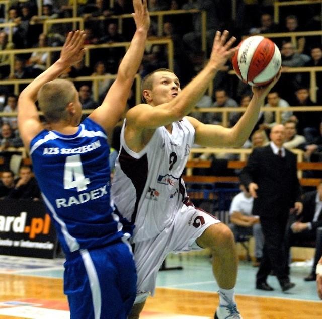 Kibice w naszym regionie nie mieliby nic przeciwko stargardzko-szczecińskiemu finałowi II ligi. Na zdjęciu z piłką Grzegorz Terlikowski ze Spójni.