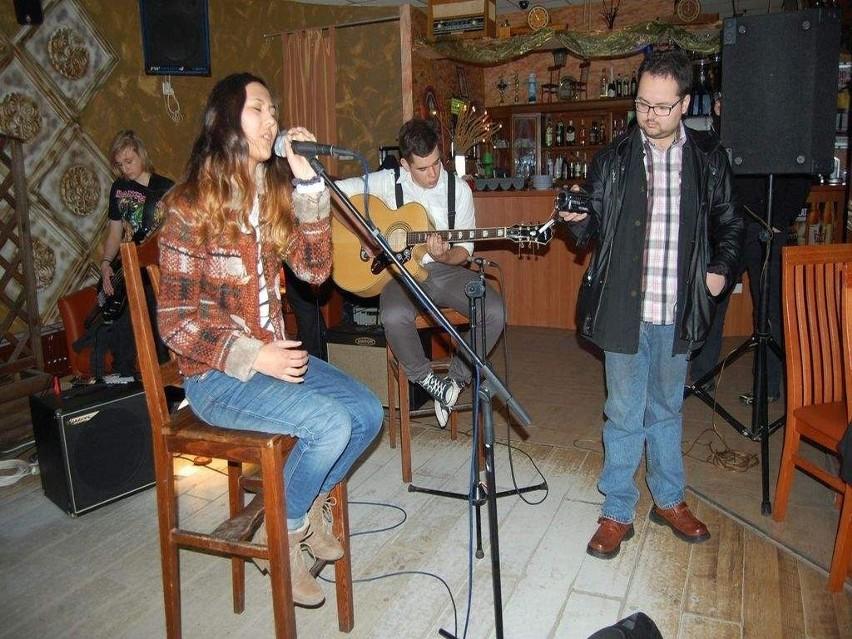 Aidai z Kirgistanu zachwyciła wszystkich swoim głosem. Towarzyszą jej soleccy muzycy z Przestrzeni  Dźwiękoszczelnej oraz Radosław Osiński (z kamerą), który rejestruje koncert.