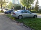 Jak oni parkują: mercedesem po trawniku