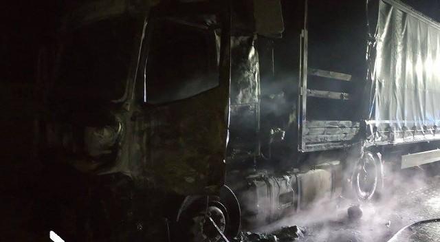 Ciężarówka stanęła w ogniu w środku nocy.