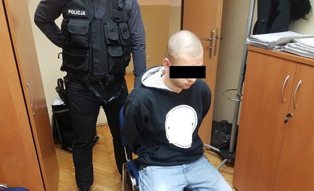 Mężczyzna jest znany policji i był już wcześniej notowany za przestępstwa narkotykowe. Tym razem usłyszał zarzuty posiadania znacznych ilości środków odurzających oraz przygotowania do wprowadzania ich do sprzedaży. Grozi mu za to kara do nawet 10 lat więzienia.