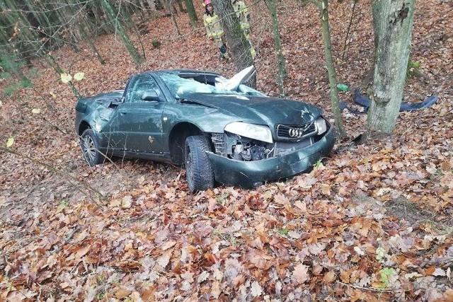 Kierowca audi, mieszkaniec Miastka, stracił panowanie nad pojazdem i uderzył w drzewo. Kierowca był trzeźwy. Nie odniósł poważnych obrażeń. Na miejscu, poza pogotowiem i policją, działali strażacy z Człuchowa i Przechlewa.