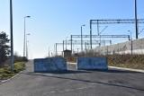 Tarnów. Ulicą Bartla można by omijać utrudnienia na Krakowskiej. Kolej ją wyremontowała, ale na wjeździe zostawiono betonowe zapory