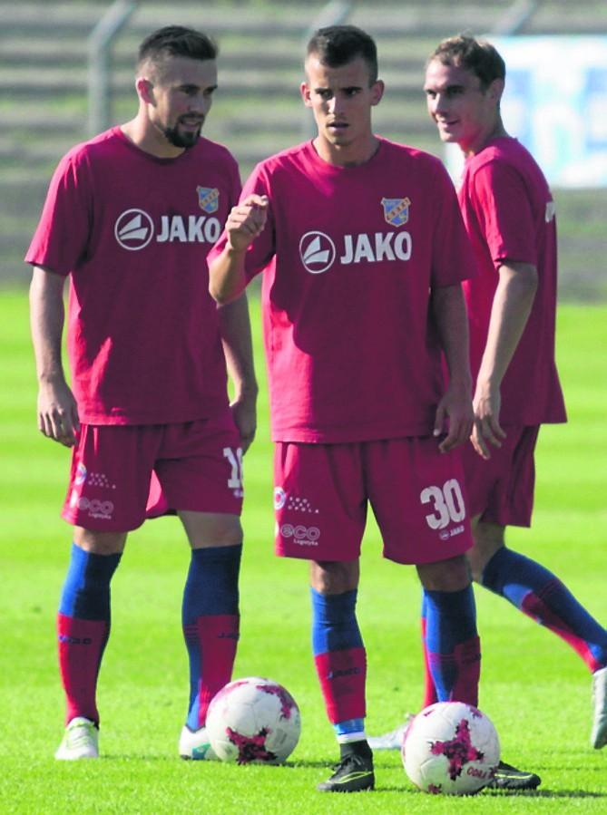 Piłkarze Odry (od lewej: Łukasz Winiarczyk, Filip Żagiel i Rafał Niziołek) na treningach myślami byli już przy meczu z Zagłębiem