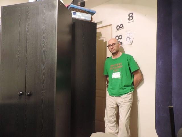 Marek Struzik drzwi zabarykadował szafą. - Obawia sie pan czegoś? - pytamy. - Chciałbym się nie obawiać - odpowiada