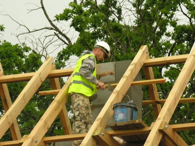 """Na potrzeby loterii """"Wygraj dom z nto"""" do domu budowanego dla czytelnika nto firma dostarczyła więźbę dachową."""