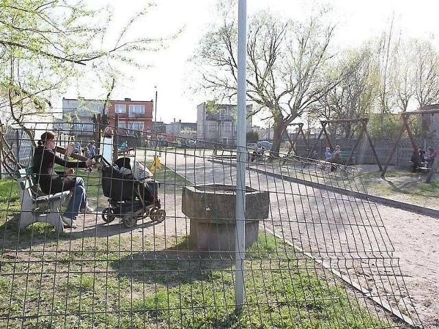 Miał to być miły zakątek, a jest zepsuta brama, rozerwane ogrodzenie, śmieci