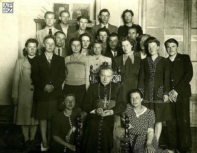 1947 rok. Ks. bp. Stefan Wyszyński z nauczycielami i uczniami PLSP w Zamościu