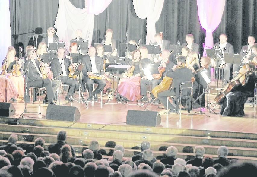 Solistom, którzy zaśpiewają w hali towarzyszyć będzie...