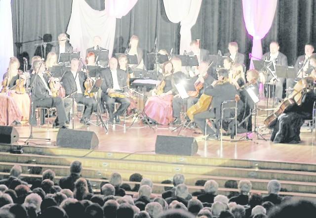 Solistom, którzy zaśpiewają w hali towarzyszyć będzie Orkiestra Filharmoników Bydgoskich pod dyrekcją Marka Czekały.