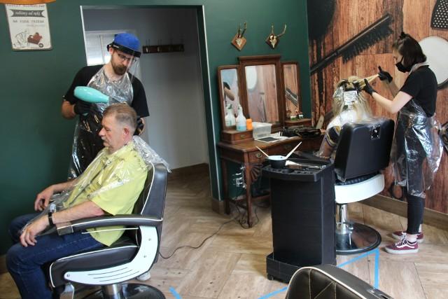 W dąbrowskim salonie Kemon przy ul. Kościuszki w środę 20 maja od rana trwało cięcie, modelowanie i koloryzowanie włosów Zobacz kolejne zdjęcia/plansze. Przesuwaj zdjęcia w prawo - naciśnij strzałkę lub przycisk NASTĘPNE