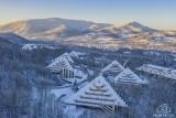 Śląskie. Góry zimą z drona. Przepiękne zdjęcia Roberta Neumanna z From The Sky. Beskidy, Wisła, Ustroń, idealna pogoda, śnieg i architektura