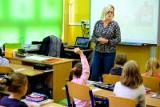 """Jest wstępny plan powrotu uczniów do szkół. Na początek klasy I-III, potem maturzyści? """"Nauczyciele będą mogli się zaszczepić"""""""