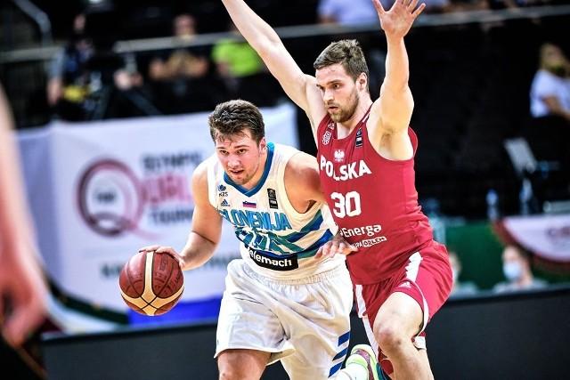Jakub Garbacz próbuje zatrzymać Lukę Doncicia