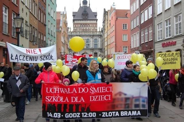 Rodzice, uczniowie i nauczyciele ze Szkoły Podstawowej nr 85 w połowie marca 2015 r. przeprowadzili manifestację przeciwko planom połączenia ich placówki z Gimnazjum nr 48