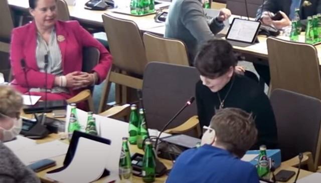 Posiedzenie sejmowej komisji zdrowia. Poseł Elżbieta Płonka siedzi w maseczce naprzeciwko poseł Moniki Rosy.