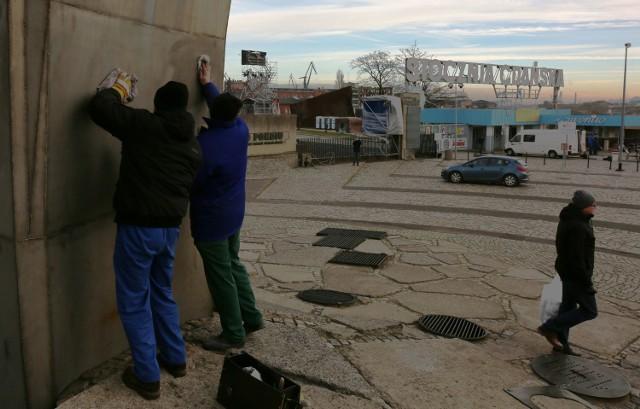 Ekipa z ZdiZ oczyszcza pomnik z napisów