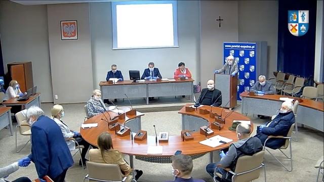 Radny Andrzej Chatłas, (w lewym dolnym roku) mimo epidemii i obowiązujących obostrzeń, witał się z radnymi