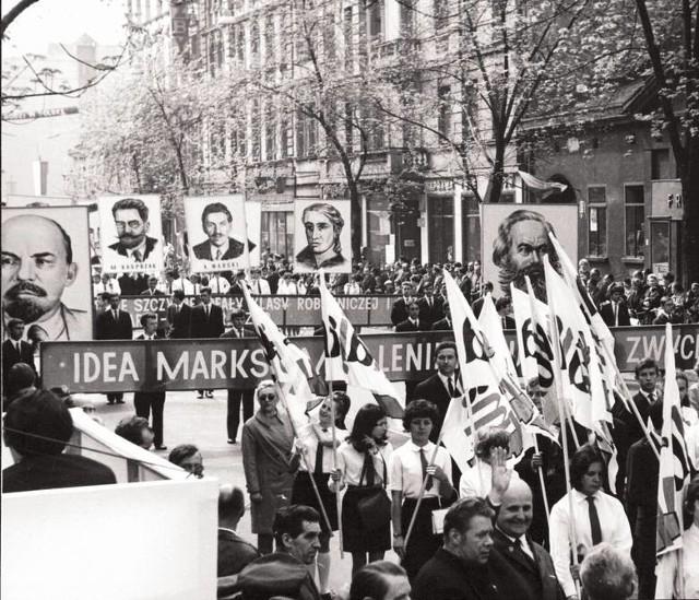 1 Maja: międzynarodowe święto klasy robotniczej od 1890 r. Ma upamiętniać wielki strajk w 1886 r. w Chicago. W Stanach Zjednoczonych ten protest robotników był częścią kampanii na rzecz wprowadzenia 8-godzinnego dnia pracy. W Polsce święto państwowe od 1950 r. Nie lubimy tego święta, ale trudno nam się z nim rozstać. PRL zrobił wszystko, żeby obrzydzić nam 1 Maja. W czasach PRL pochody stanowiły tzw. dobrowolny obowiązek. Stosowano różne metody, by udział w nich stał się masowy. Były naciski w zakładach pracy (nie idziesz na pochód, to nie dostanie premii, awansu, podwyżki), były też zachęty, by tak rzec, konsumpcyjne. W tym pojawiały się atrakcyjne towary na popochodowych piknikach (wędliny, owoce, słodycze). Najpierw jednak trzeba było zaliczyć marsz przed trybuną, pełną oficjeli oraz politycznych tuzów i wykrzyczeć stosownie hurraoptymistyczne hasła. Bo też takie marsze były z uwagą monitorowane przez Służbę Bezpieczeństwa.Zobaczcie na kolejnych zdjęciach, jakie hasła były kiedyś, a jakie królują dziś: