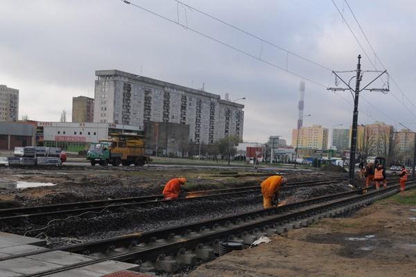 MPK wymieniło już tory, ale wciąż nie wiadomo kiedy pojadą po nich tramwaje.