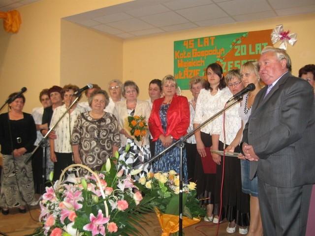 Życzenia z okazju jubileuszy składał m.in wójt gminy Jan Dżyga (po prawej)