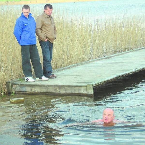 Mieszkańcy Ostrowąsa z podziwem przyglądają się kąpielom Edward Dłużewskiego