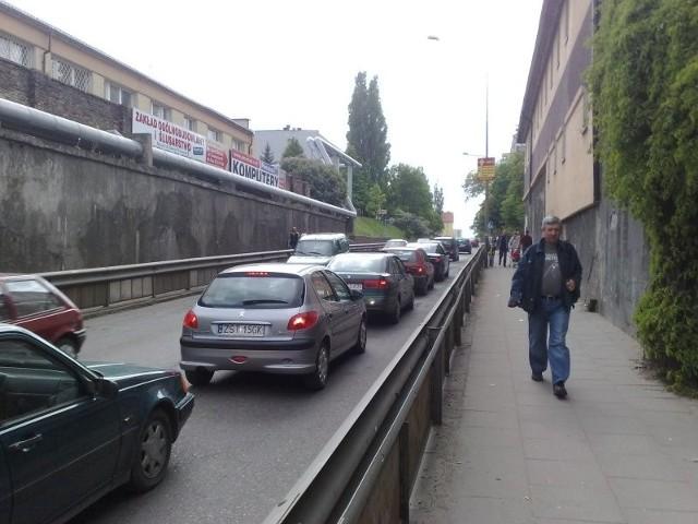 To zdjęcie zrobiliśmy po godzinie 15 przy ulicy I Brygady. Ogonek samochodów ciągnął się od skrzyżowania z ulicą Szczecińską aż za wiadukt kolejowy łączący ulice I Brygady i Konopnickiej.