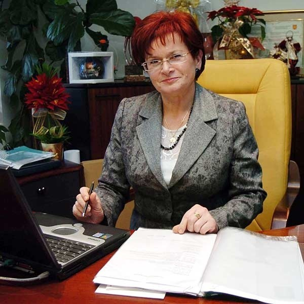 - Decyzja o reorganizacji spowodowana jest potrzebą obniżenia kosztów pracy Urzędu Miasta. Do tej pory każdy wydział miał kierownika, niektóre nawet dwóch - podkreśla burmistrz  Maria Kurowska.