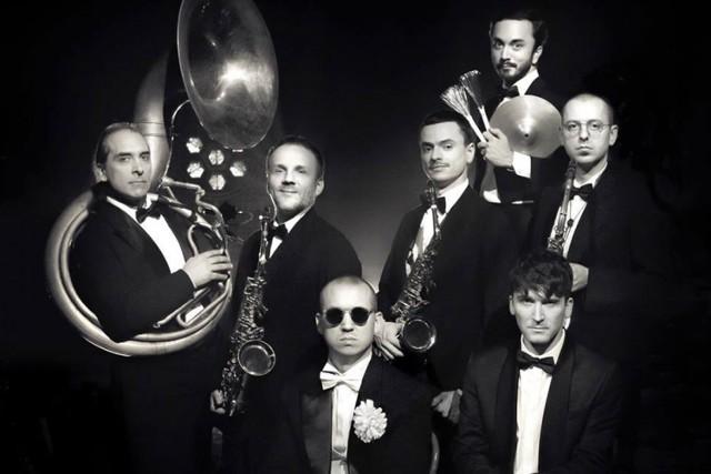 Jazz Band Młynarski - MaseckiJazz Band Młynarski–Masecki zaprezentuje w Szczecinie utwory z drugiej płyty zarejestrowane w maju 2019 roku. Są to polskie piosenki sprzed kilkudziesięciu lat nagrane w aranżacjach orkiestrowych, za które odpowiada oczywiście Marcin Masecki. Materiał został zarejestrowany na taśmę w łódzkim Tonn Studio. Miks i mastering wykonano w pełni analogowym środowisku, a miks sprawdzany był w mono.Jazz Band Młynarski – Masecki, 26 stycznia, Filharmonia, godz. 19, bilety 50-60 zł.