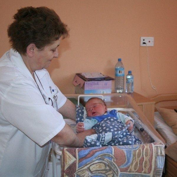Oskar Wosik z Unisławia słodko spał w  nowym pokoju szpitala. Na zdjęciu: z  pielęgniarką oddziałową, Krystyną Wołowik.