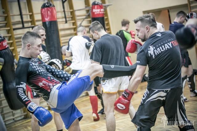Osoby trenujące w Akademii Muay Thai Kielce nie tylko rozwijają swoje umiejętności w zakresie sportu, ale też odreagowują stres.