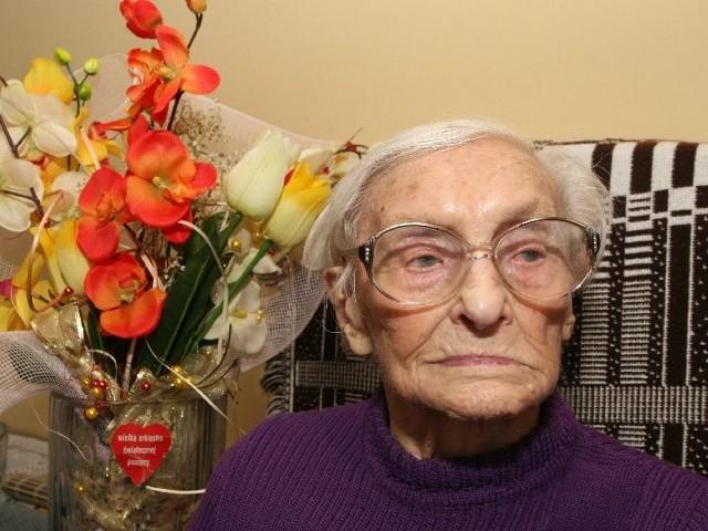 Józefa Bąk jest szczęśliwa, że w wieku 109 lat doczekała kolejnego Dnia Kobiet. Na małym zdjęciu najstarsza mieszkanka województwa świętokrzyskiego w czasach młodości, którą spędziła w ukochanej Wolicy.