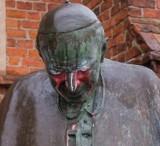Starogard Gd. Policja szuka sprawców, którzy zdewastowali pomnik Jana Pawła II w Starogardzie Gd. [zdjęcia]