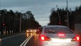 Awaria zapór na przejeździe kolejowym w Strzyżawie mogła doprowadzić do tragedii. Kierowcy ignorowali szlaban [wideo]