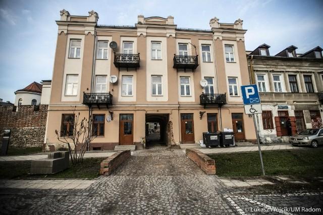 Fragment średniowiecznego muru mieści się w przejściu kamienicy przy ulicy Wałowej.