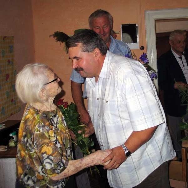 Na urodziny pani Ludwiki przyjechała rodzina nawet z odległych od Podkarpacia rejonów.  Wnuk Piotr Kosztyła jest górnikiem. Pracował w weekendy, by dostać wolne na urodziny babci.