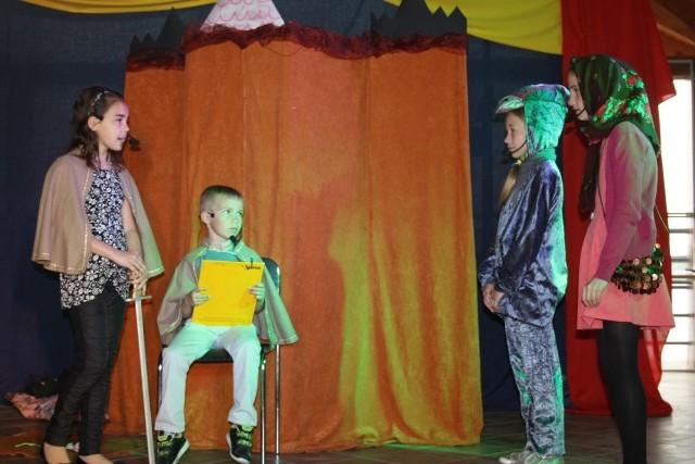 """Na scenie zaprezentował się teatr """"Fart"""" z WDK w Dąbrówce, który spektaklem """"Shrek"""" wywalczył II miejsce w konkursie teatrów ekologicznych"""