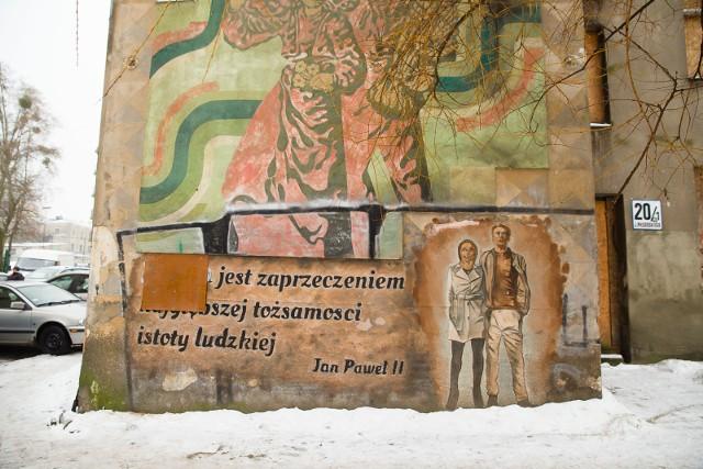 Tak wygląda teraz mural przy alei Piłsudskiego. Zamalowany fragment cytatu został zasłonięty dyktą. Wkrótce ruszy naprawa.
