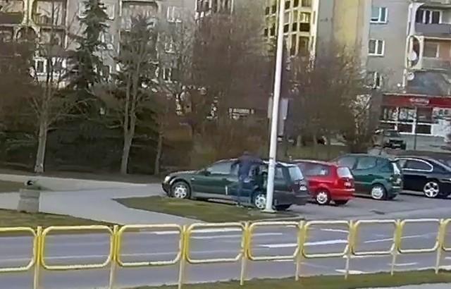 Suwalska policja poszukuje wandala, który zdemolował volkswagena passata