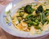 Potrawy z makaronem. Makaron tagiatelle z zielonymi warzywami: brokułem, fasolką i cukinią [PRZEPIS]