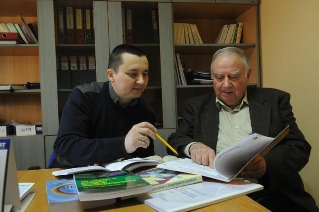 Naukowcy WSZiA najpierw przeprowadzili badania w szkołach podstawowych, z których wynikało, że potrzebny jest nowy program nauczania dla najmłodszych uczniów. Na zdjęciu: mgr Mirosław Hanulewicz i prof. Adam Suchoński.