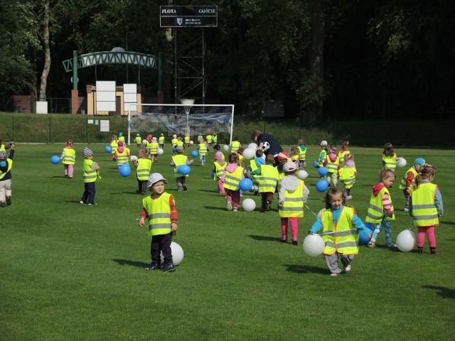 Maluchy bawiły się świetnie, biegając z balonami w barwach klubu. Niektóre podejmowały nawet próbę gry.