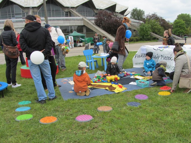 """Dla dzieci zabawy, dla dorosłych informacje - taką ofertę przygotowały stowarzyszenia na piknik """"Rozkrzyczeć autyzm"""""""