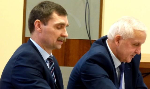 Tomasz Mierzwa (z lewej) został odwołany ze stanowiska wiceburmistrza Buska-Zdroju przez burmistrza Waldemara Sikorę (siedzi obok). Szybko jednak znalazł nową pracę, także... w buskim ratuszu.