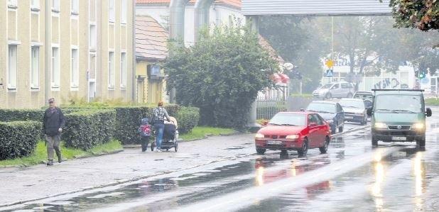 Chodnik na ul. Pierwszej Brygady, na odcinku od ul. Obrońców Westerplatte do placu Zgody, wciąż czeka na naprawę.