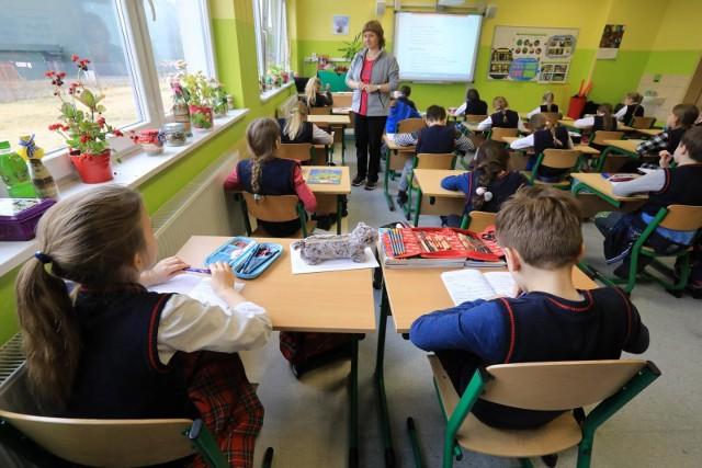 Nowa rejonizacja i przepełnione podstawówki w Tomaszowie denerwują rodziców