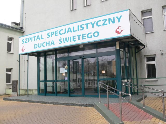 Oddział buforowy dla pacjentów chorych na COVID 19 w Specjalistycznym Szpitalu Ducha Świętego w Sandomierzu kończy swoją działalność. Chorzy na koronawirusa, wymagający hospitalizacji będą kierowani do szpitala w Starachowicach. W sandomierskiej lecznicy nadal wykonywane są wymazy w kierunku COVID 19.