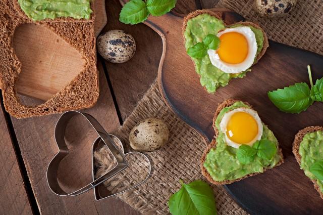 Przepis na wiosenne kanapki z zieloną pastą