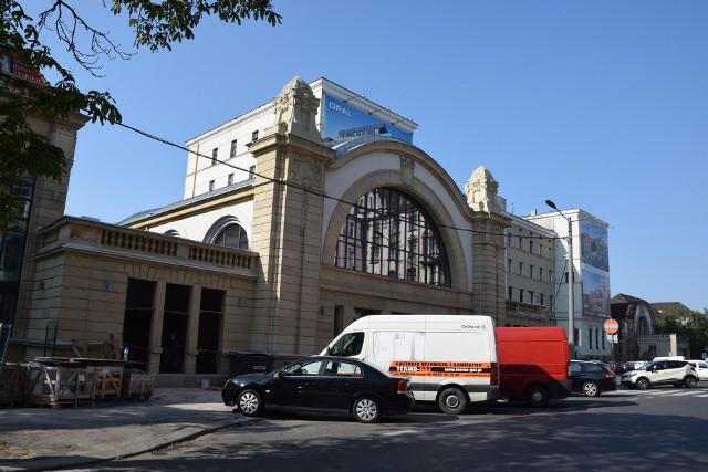 W zabytkowej hali zegarowej Starego Dworca w Katowicach wstawiane są nowe okna. Te największe od frontu już zamontowano, gotowe są też szklane drzwi w wejściu do budynku. Dodajmy, że hala zegarowa to jeden z najcenniejszych i najładniejszych segmentów Starego Dworca. ZOBACZCIE ZDJĘCIA